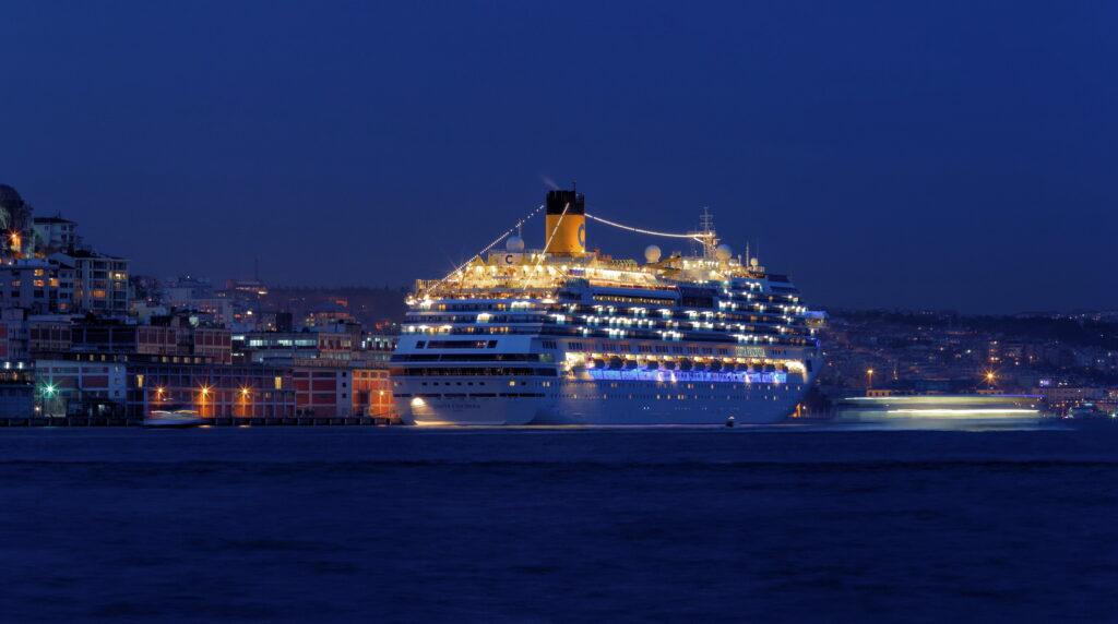 Istanbul_Bosphorus_Cruise_ship
