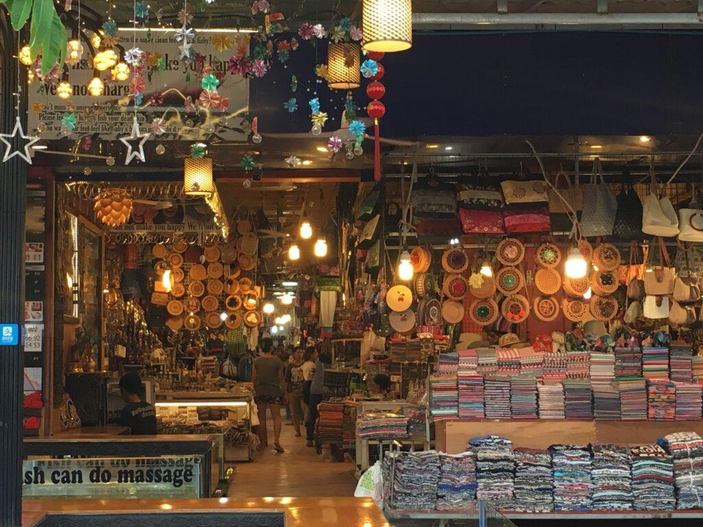 shopping-stalls-at-pub-street