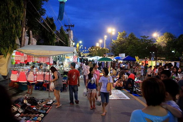 Walking_street_bazaar_chiang_rai