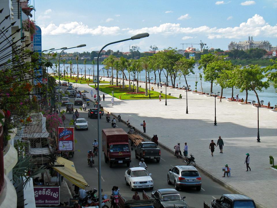 sisowath-quay-attraction-in-cambodia