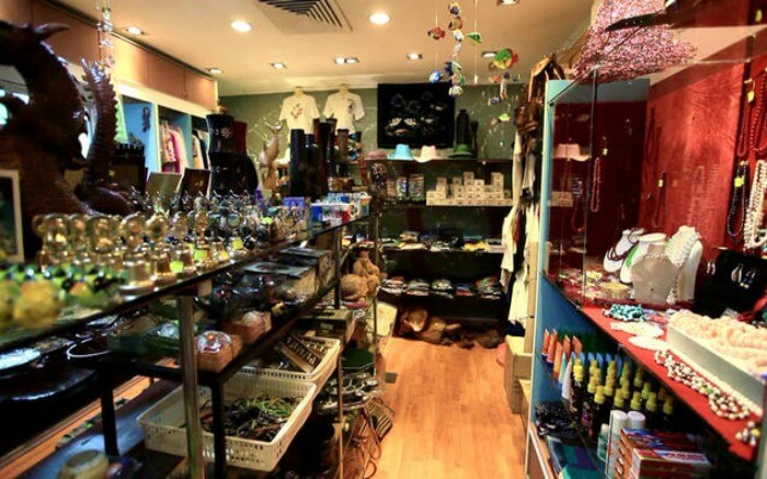 Artifacts-and-jewellery-in-a-shop-in-Maldives